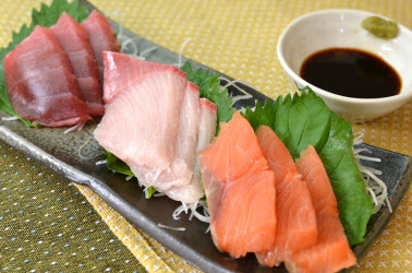 Sashimi with shredded daikon and perilla leaves
