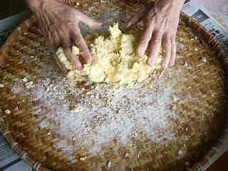 Knead the boiled soybeans and flour thoroughly