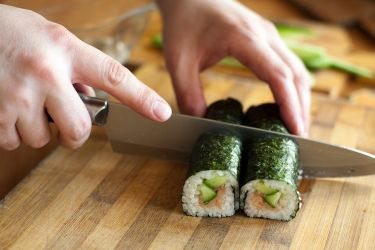 Slicing maki roll