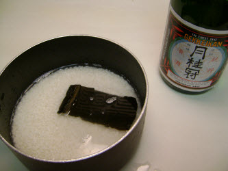 Lightly wipe off kombu and add to the rice and water in the pot