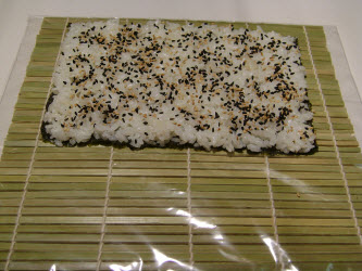 Sprinkly 2 tsp sesame seeds evenly over the rice...