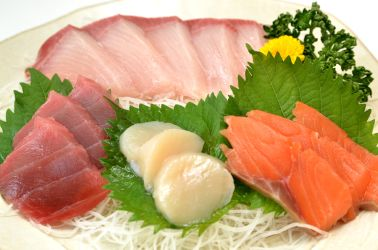 Sashimi with shredded daikon and perilla leaves